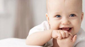 תינוק עם ידיים בפה