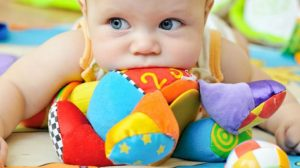 תינוק עם צעצוע התפתחות