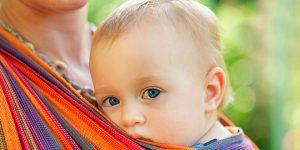 התינוק צמוד לאמא (צילום: שאטרסטוק)