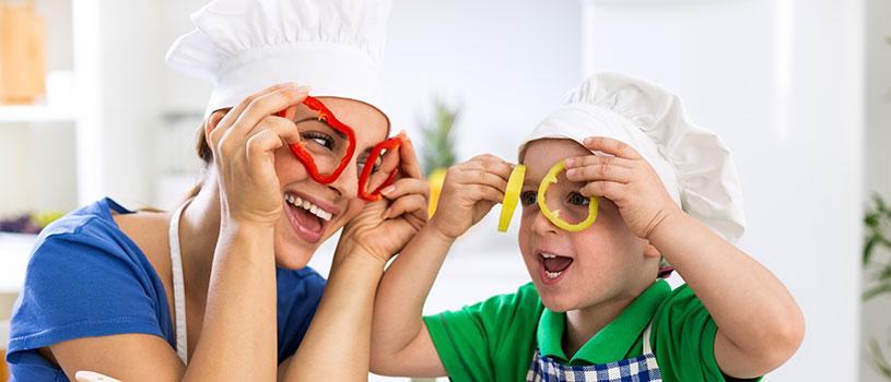 הכנת ארוחת החג יכולה להפוך לחוויה משותפת (צילום: פוטוליה)