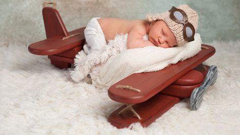 תינוק ישן על מטוס, ניו בורן