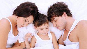 לינה משותפת, פעוט במיטת ההורים