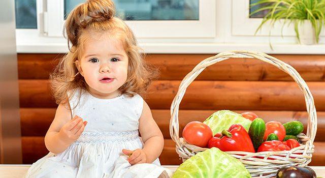 ילדה, סלסלת פירות, ירקות, תזונה נכונה, תזונת ילדים