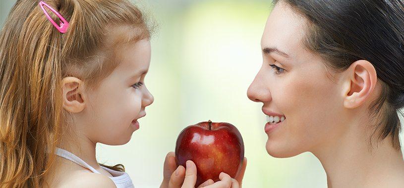 אמא, ילדה, תפוח