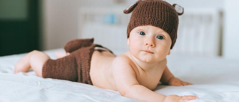 תינוק עם כובע