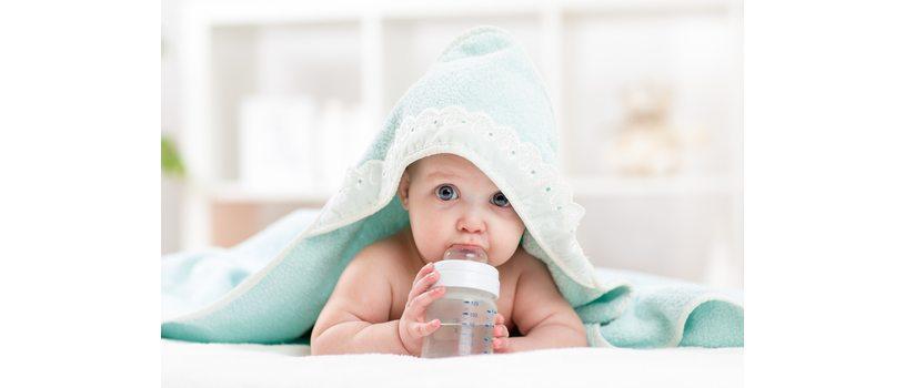 תינוק עם בקבוק