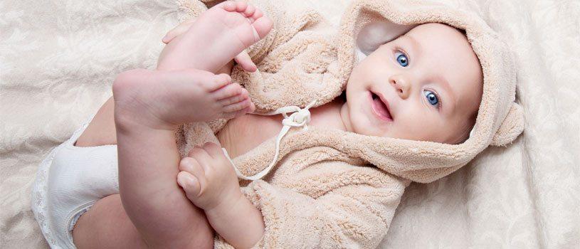 תינוק שמח במיטה