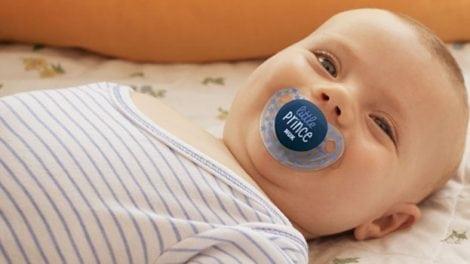 תינוק עם מוצץ