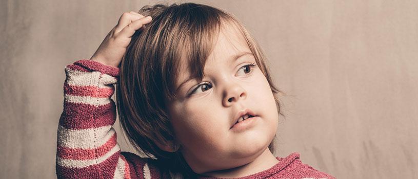 ילד מגרד ראש