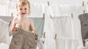 ילד תולה כביסה